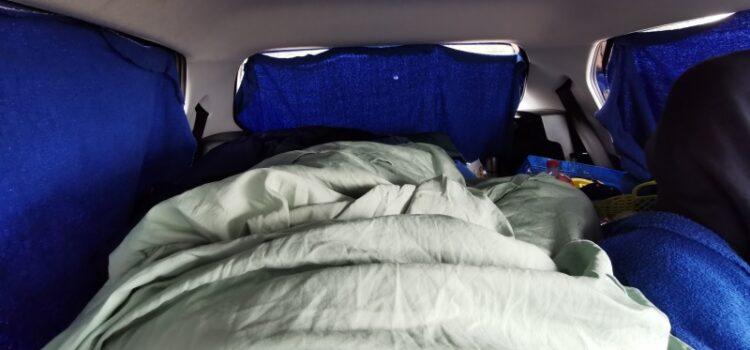 Schlafen im Auto - Gardine Matratze
